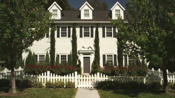Pretty-Little-Liars-Hannas-white-house-611x343
